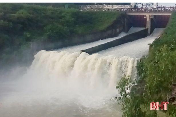 Hồ Kẻ Gỗ đang xả 250m<sup>3</sup>/s, sẽ tăng lưu lượng lên 300 - 400m<sup>3</sup>/s vào 7 giờ sáng 26/10